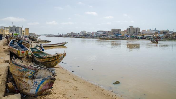 Bateaux au bord de l'eau en Afrique